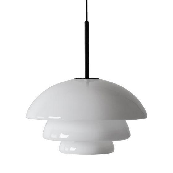 Arkivlampe 4006 large fra Hadeland Glassverk i hvit opal med sort oppheng