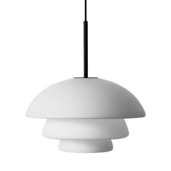 Arkivlampe 4006 large fra Hadeland Glassverk i hvit matt med sort oppheng