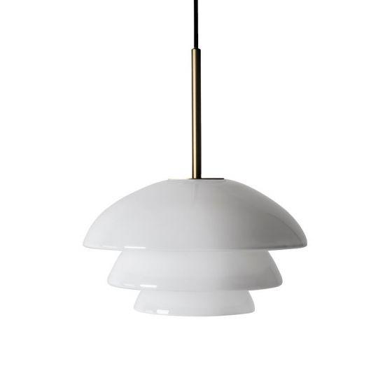 Arkivlampe 4006 small fra Hadeland Glassverk i hvit opal med messing oppheng