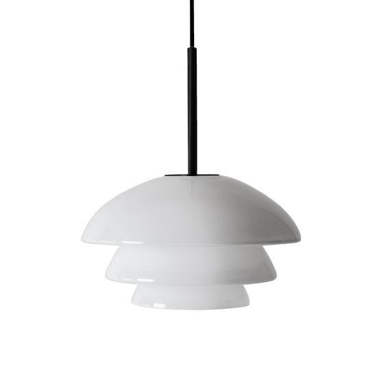 Arkivlampe 4006 small fra Hadeland Glassverk i hvit opal med sort oppheng