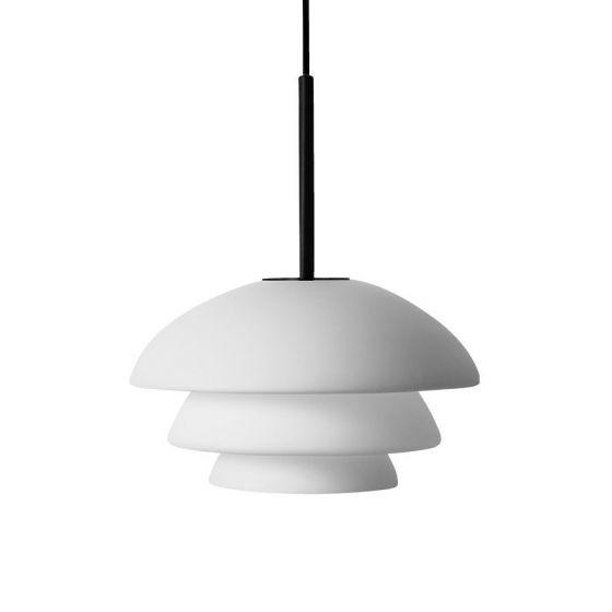 Arkivlampe 4006 small fra Hadeland Glassverk i hvit matt med sort oppheng