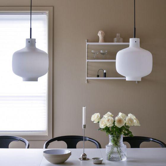 Miljøbilde av arkivlampe 4180 hvit matt med sort oppheng
