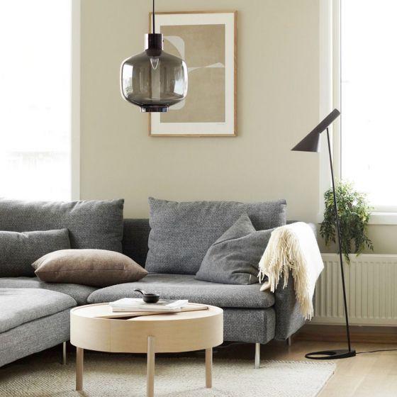 Miljøbilde av arkivlampe 4180 røkgrå med sort oppheng