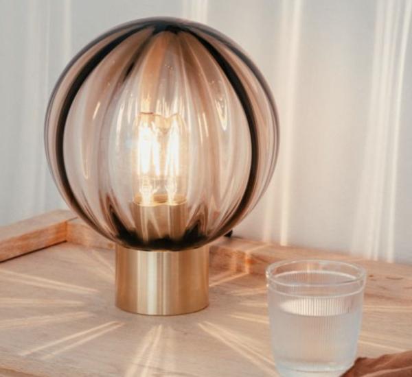 Bordlampe optikk kakao med messing fot i miljø