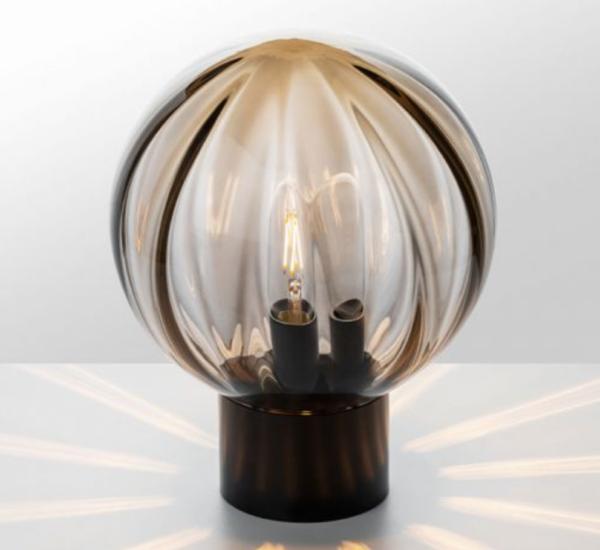 Bordlampe optikk kakao med sort fot i miljø