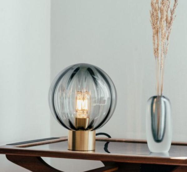 Bordlampe optikk røkgrå med messing fot i miljø