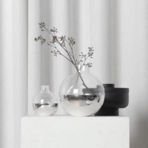 MIljøbilde av vasen Pomme i sølv fra Skultuna