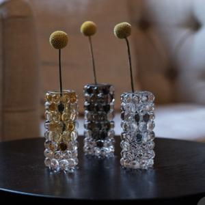 Miljøbilde av Boule Mini Vase fra Skogberg og smart i amber, klart glass og smokey grey