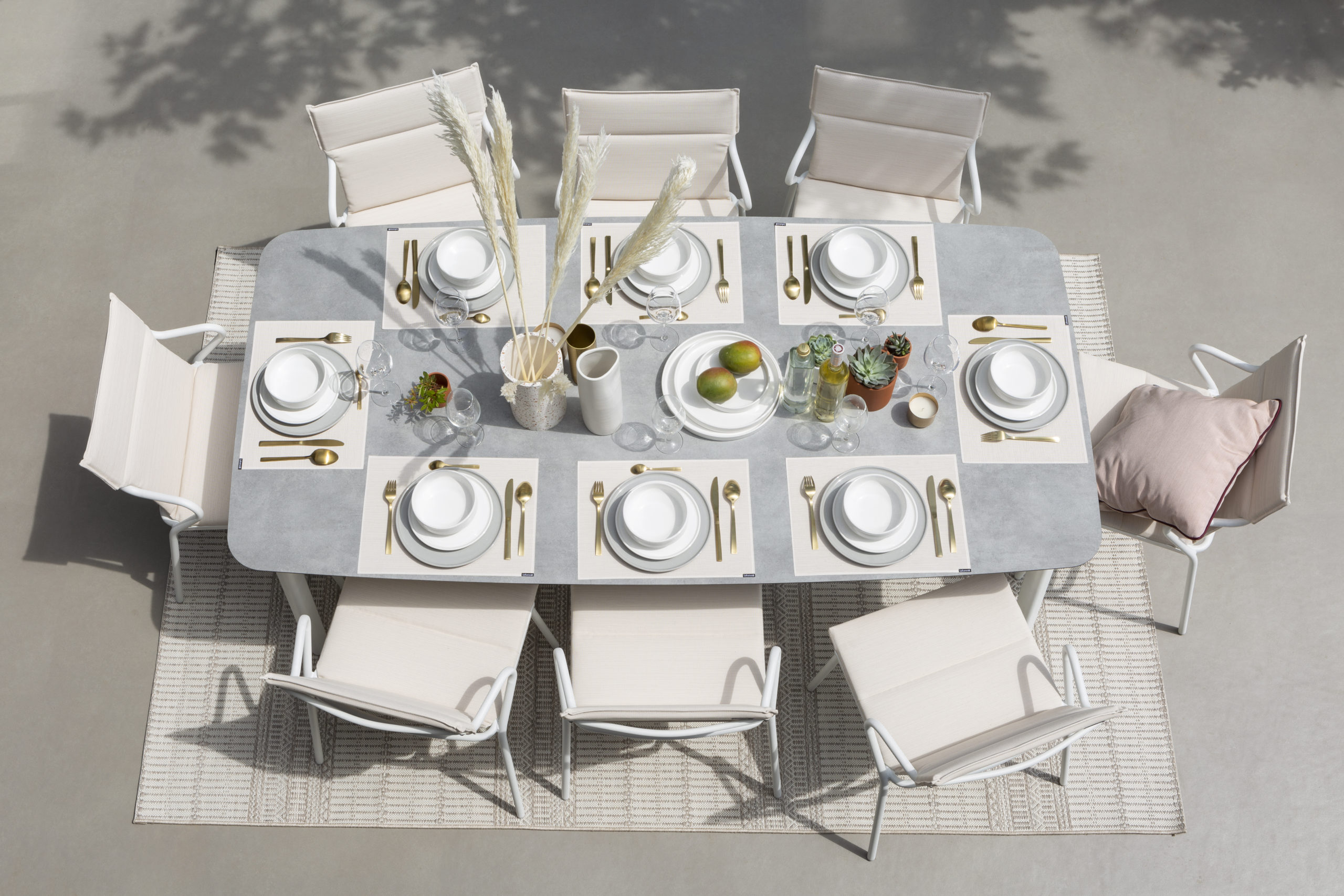Miljøbilde av Ancone stol fra Lafuma. Polstret utestol i fargen latte.