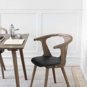 In Between SK2 spisestol med polstret sete fra &tradition. Stolen i røkt eik i miljø med sort skinnpute