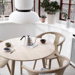 In Between SK3 rundt spisebord i hvitoljet eik fra &tradition miljøbilde sammen med spisestolen Sk1 i hvitoljet eik