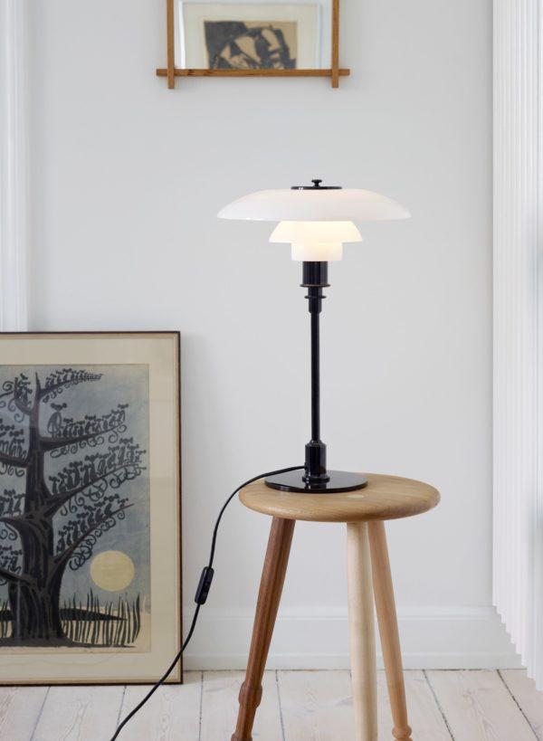 Miljøbilde av Louis Poulsen PH 3/2 bordlampe i svart metallisert