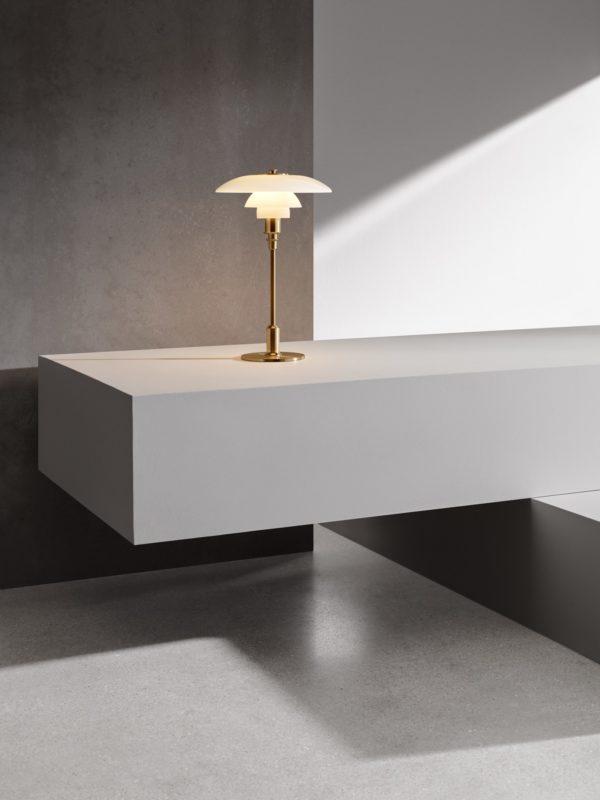 Miljøbilde av Louis Poulsen PH 3/2 bordlampe i metallisert messing