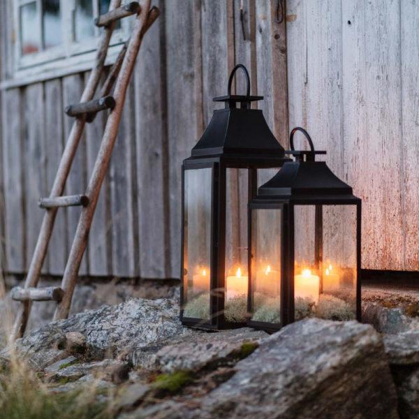 Miljøbilde av lanterne i rustfritt stål i sort fra Lama