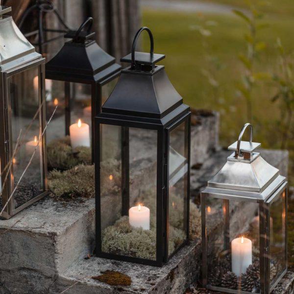 Miljøbilde av lanterne i rustfritt stål i sort og stål fra Lama