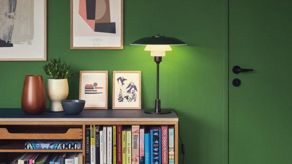 Miljøbilde av PH 3½-2½ bordlampe fra Louis Poulsen i grønn