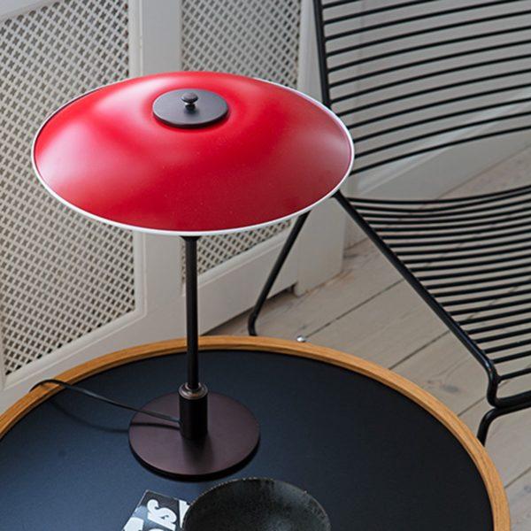 Miljøbilde av PH 3½-2½ bordlampe fra Louis Poulsen i rød