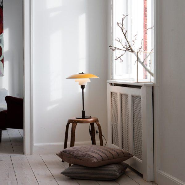 Miljøbilde av PH 3½-2½ bordlampe fra Louis Poulsen i gul