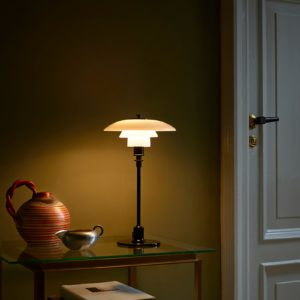 Miljøbilde av Louis Poulsen PH 2/1 bordlampe i svart metallisert