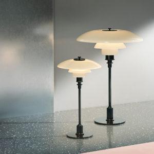Miljøbilde av PH 3½-2½ bordlampe fra Louis Poulsen i svart metallisert