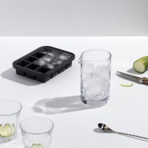 Miljøbilde av Everyday Ice Tray i sort fra W&P Design