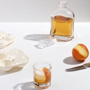 Miljøbilde av Sphere Ice Tray fra W&P Design