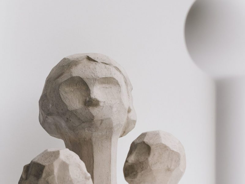 Miljøbilde av Ollie skulpturen i farge limestone fra Cooee